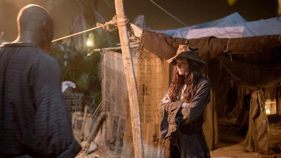 Black Sails Temporada 1 Bonny protege a Max contra piratas