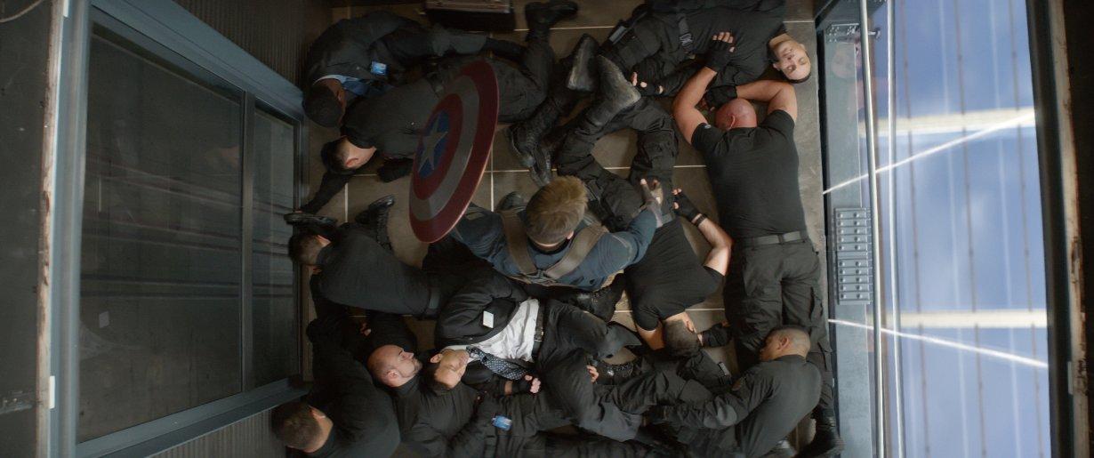 Capitan America El Soldado de Invierno película Marvel Vengadores pelea en el ascensor